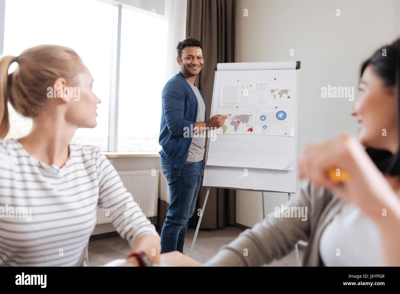 Positiv erfreut Mann seine Kollegen betrachten Stockbild