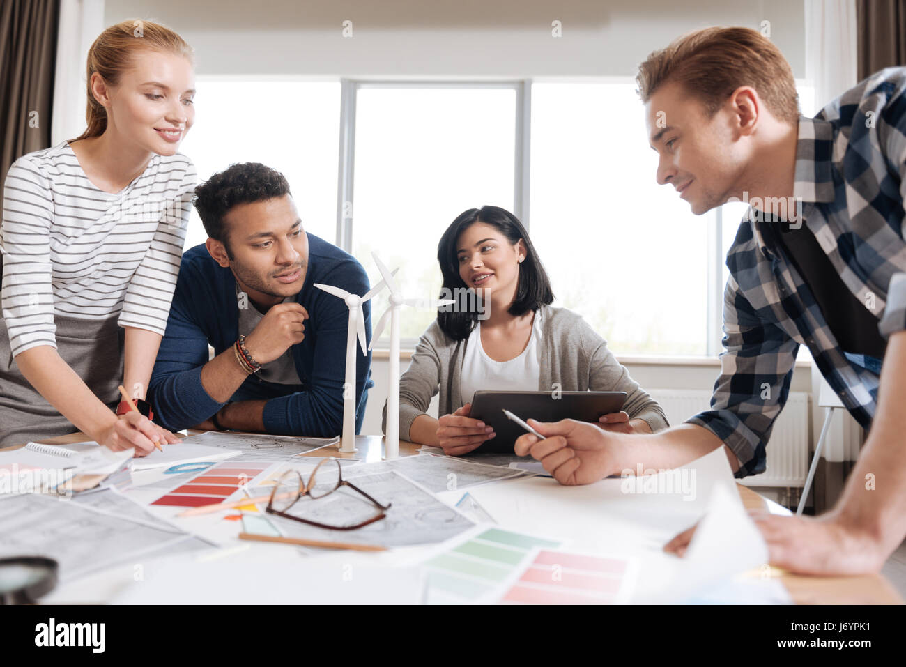 Hart arbeiten, junges Team von Ingenieuren arbeitet zusammen Stockbild