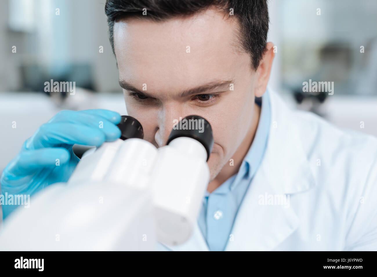 Nahaufnahme von freundlich aussehende Wissenschaftler, dass die Arbeit im Labor Stockbild