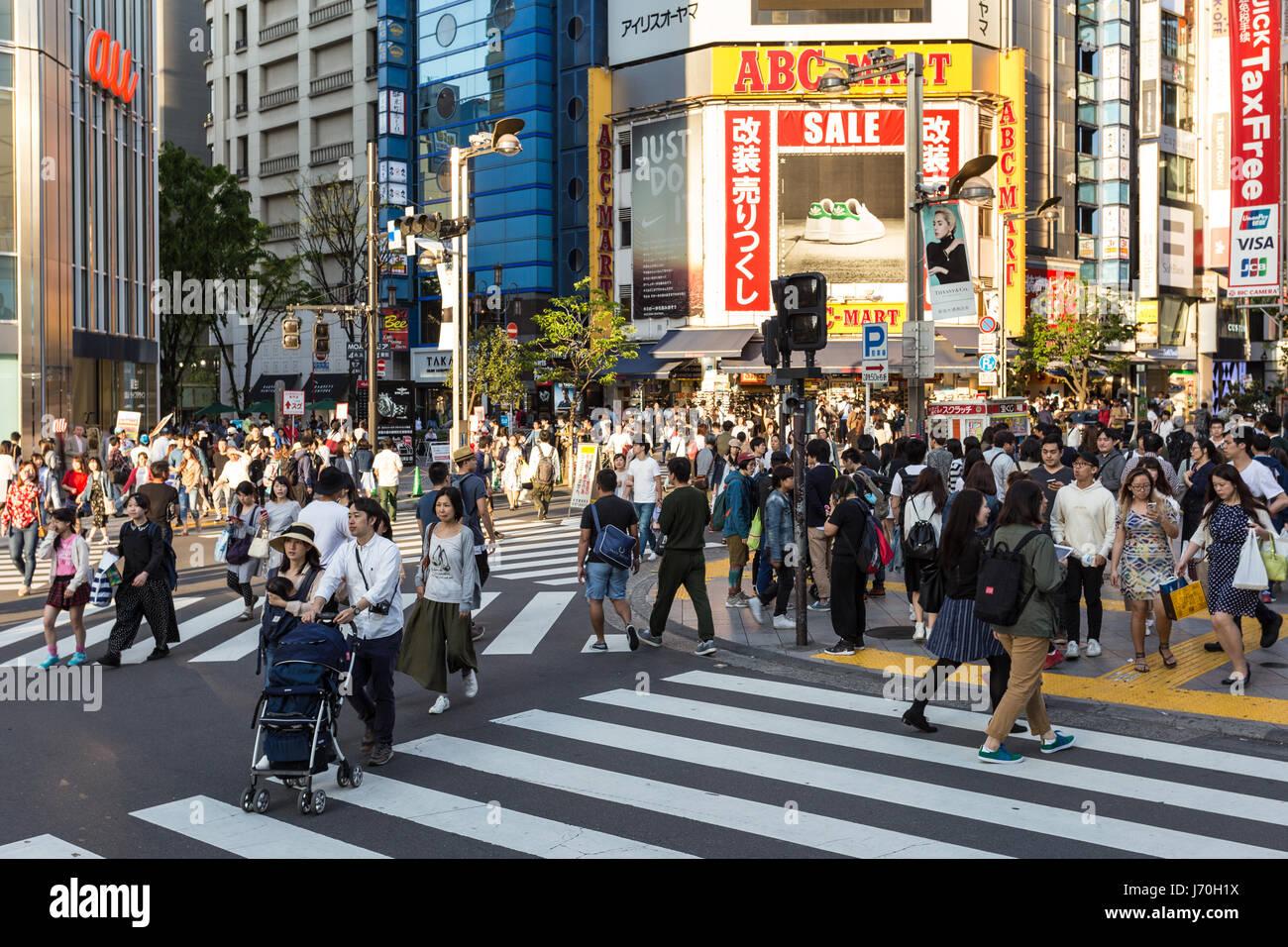 Tokio - 5. Mai 2017: Menschen zu Fuß über die Straßen im Stadtteil Shinjuku sehr beschäftigt Stockbild