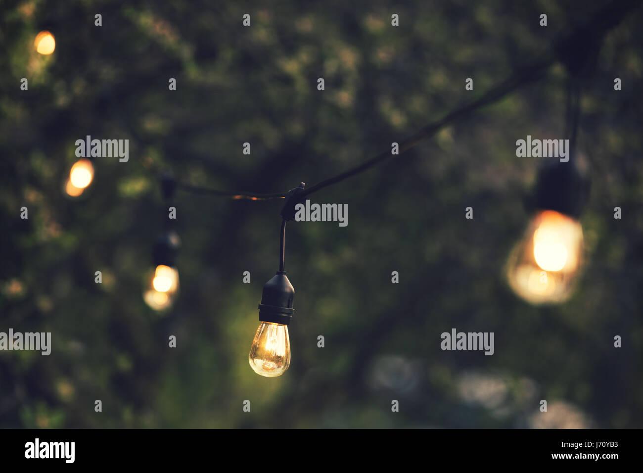 Outdoor-Lichterkette hängen in einer Zeile im Hinterhof Stockbild