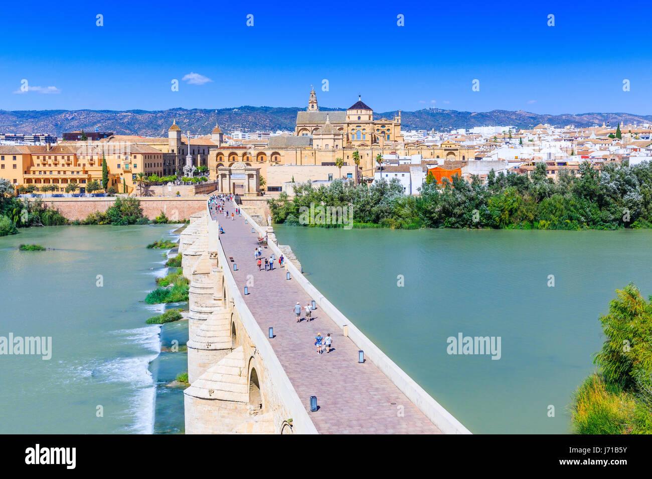 Córdoba, Spanien. Die römische Brücke und Moschee (Kathedrale) auf dem Fluss Guadalquivir. Stockbild