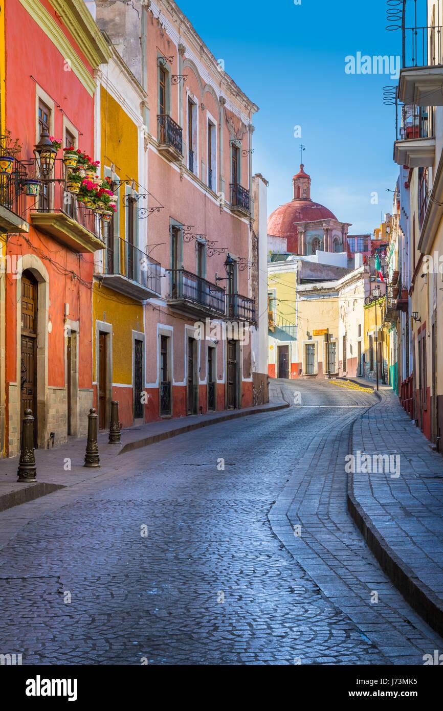 Straße in Guanajuato, Mexiko---Guanajuato ist eine Stadt und Gemeinde in Zentralmexiko und die Hauptstadt des Stockbild