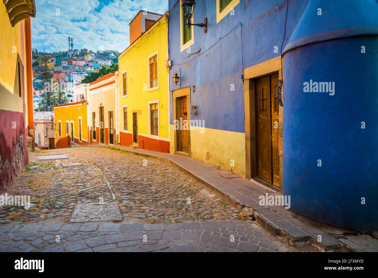 Straße in Guanajuato, Mexiko---Guanajuato ist eine Stadt und Gemeinde in Zentralmexiko und die Hauptstadt des Staates Stockfoto