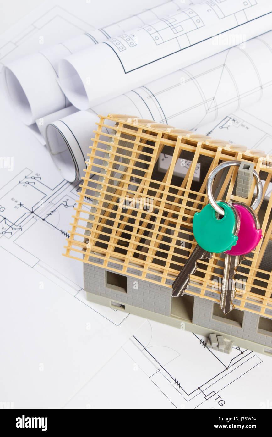Kleines Haus Im Bau Mit Nach Hause Schlüsseln Und Elektrische Rollen Von  Diagrammen Und Zeichnungen Für