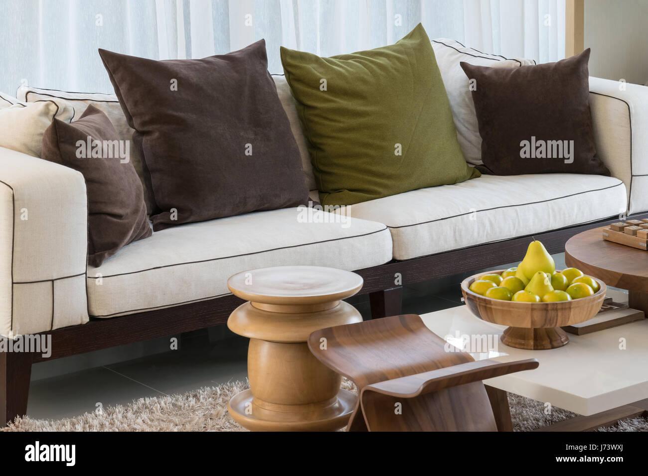 moderne Wohnzimmer Design mit Sofa und Kissen Stockfoto, Bild ...