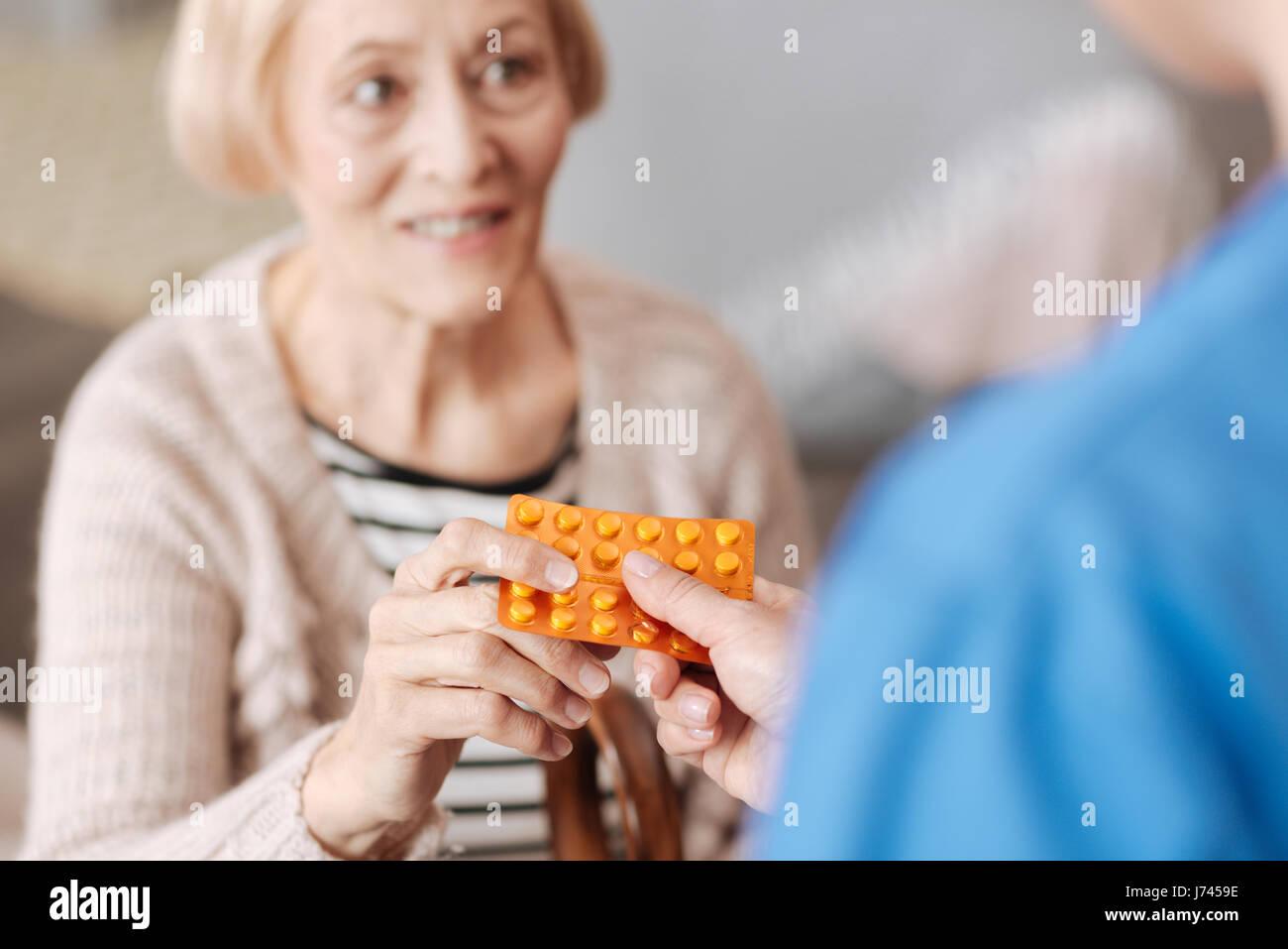 Niedliche optimistische Frau empfangen einige Vitamine Stockbild