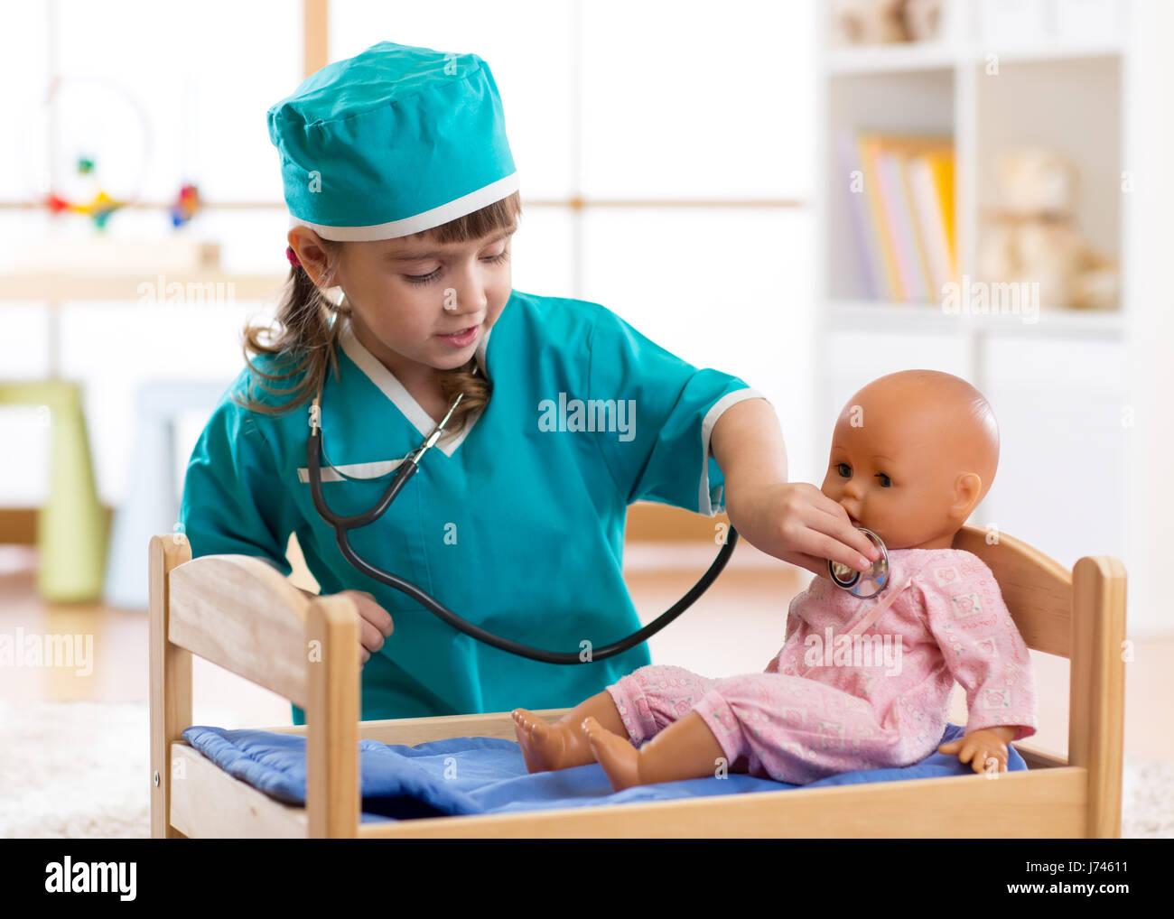 Kind Mädchen mit Puppe im Krankenhaus spielt Stockfoto