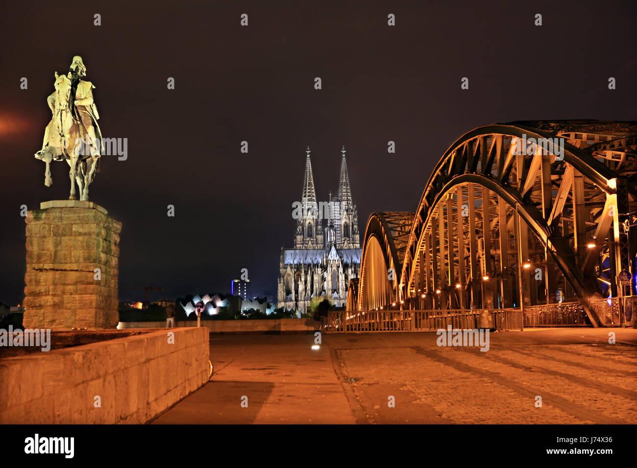Kolner Dom Denkmal Brucke Rhein Bei Nacht Nachts Beleuchtet Stockfotografie Alamy