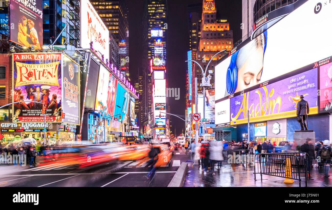 Times Square in New York City bei Nacht. Stockbild