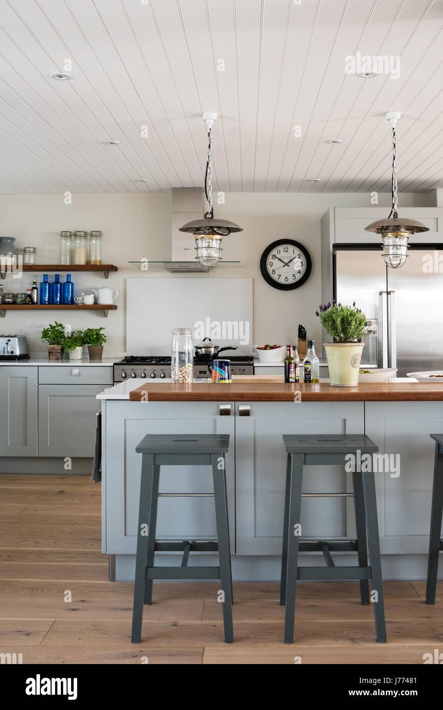 Generalüberholt Pendelleuchten in maßgeschneiderten Sylvarna Küche Stockbild