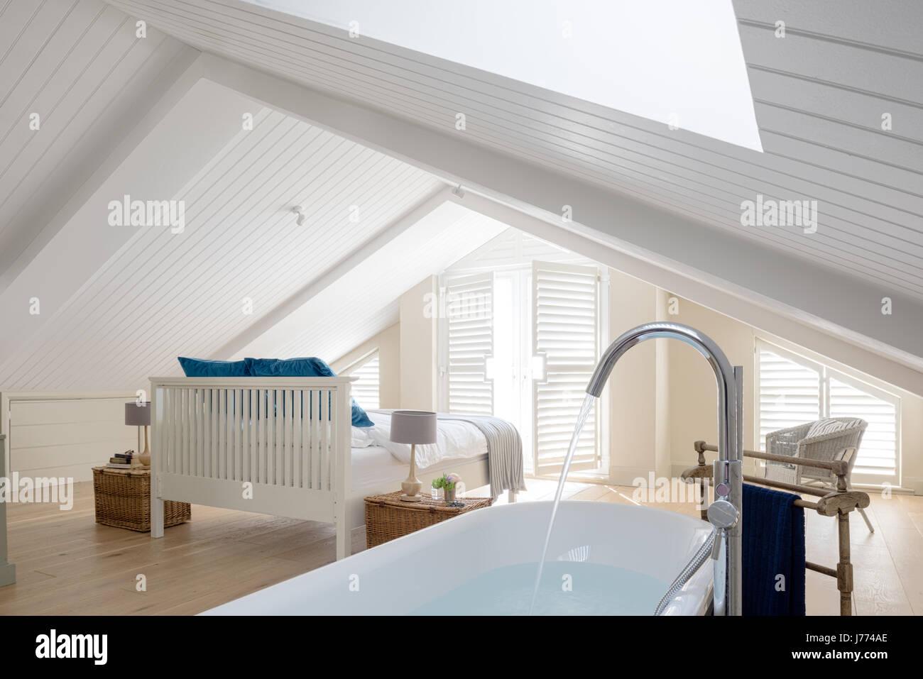Freistehende Badewanne im Obergeschoss Schlafzimmer mit schrillen ...