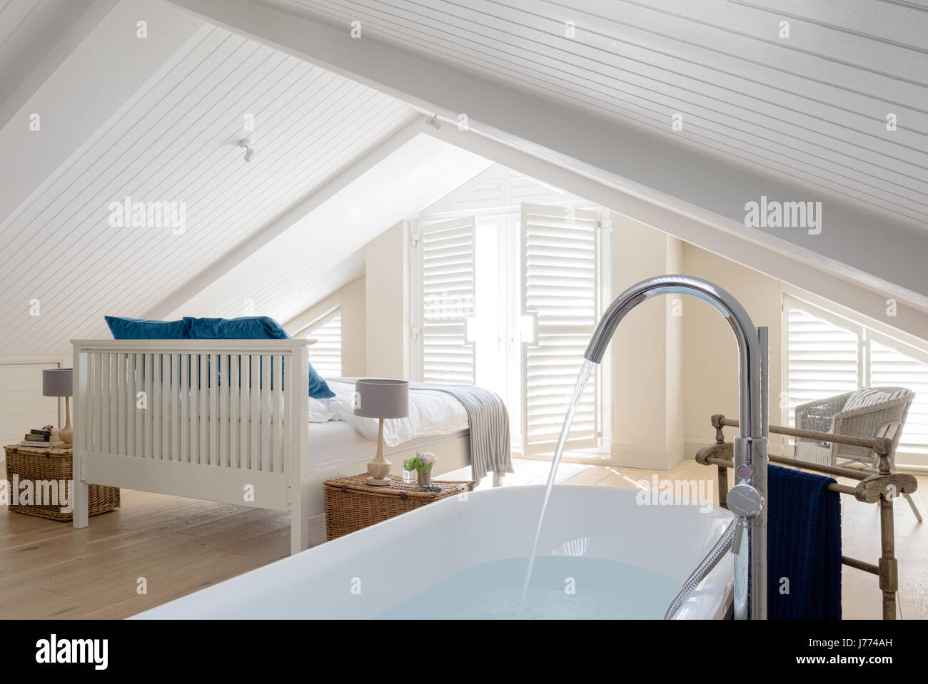 Freistehende Badewanne im Obergeschoss Schlafzimmer mit ...