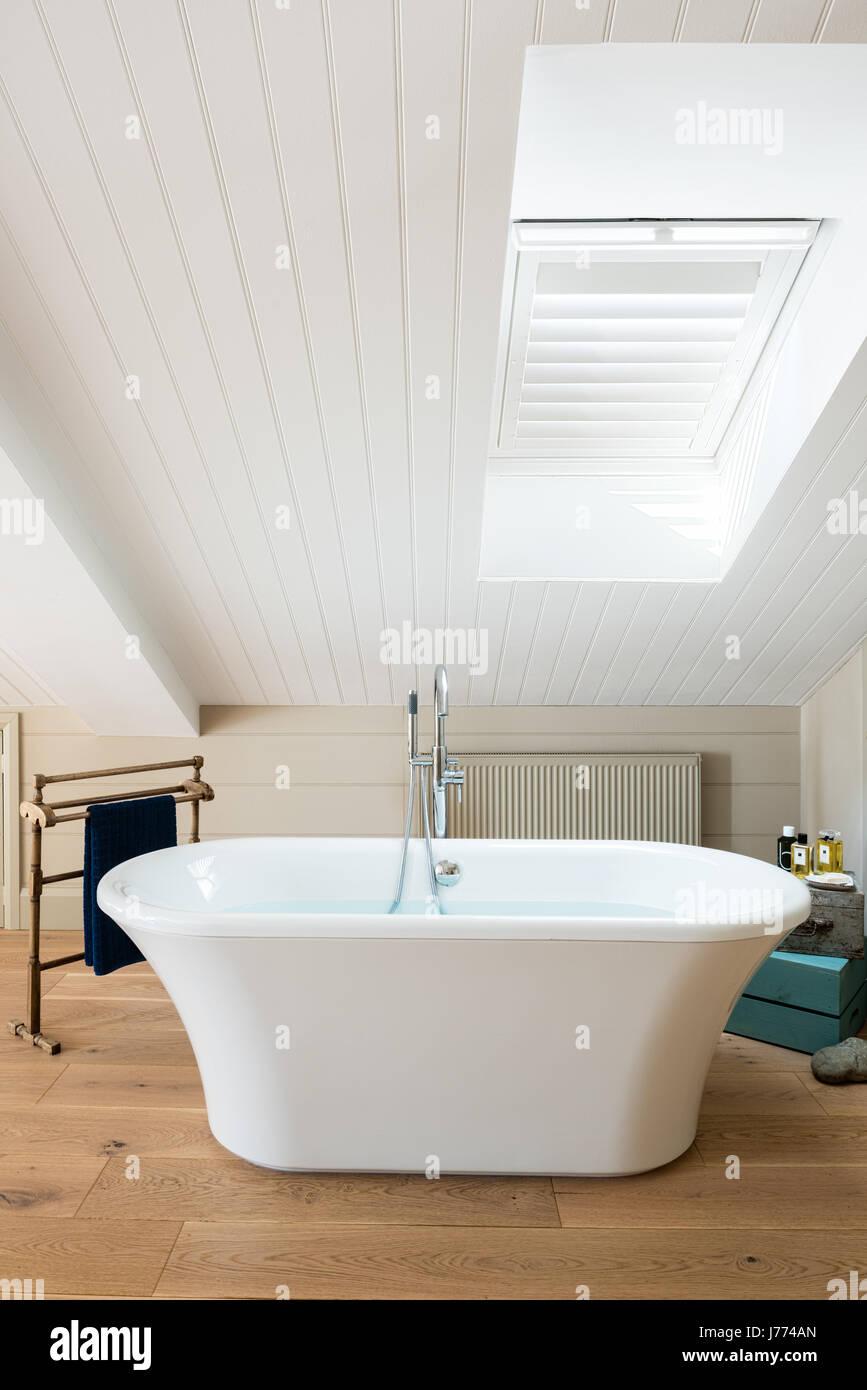 Freistehende Badewanne Im Obergeschoss Schlafzimmer Mit Schrillen Decke Und  Fensterläden.