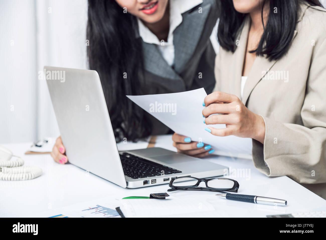 Nahaufnahme von Unternehmerinnen, die Diskussion über die Arbeit am Computer im Büro Stockbild