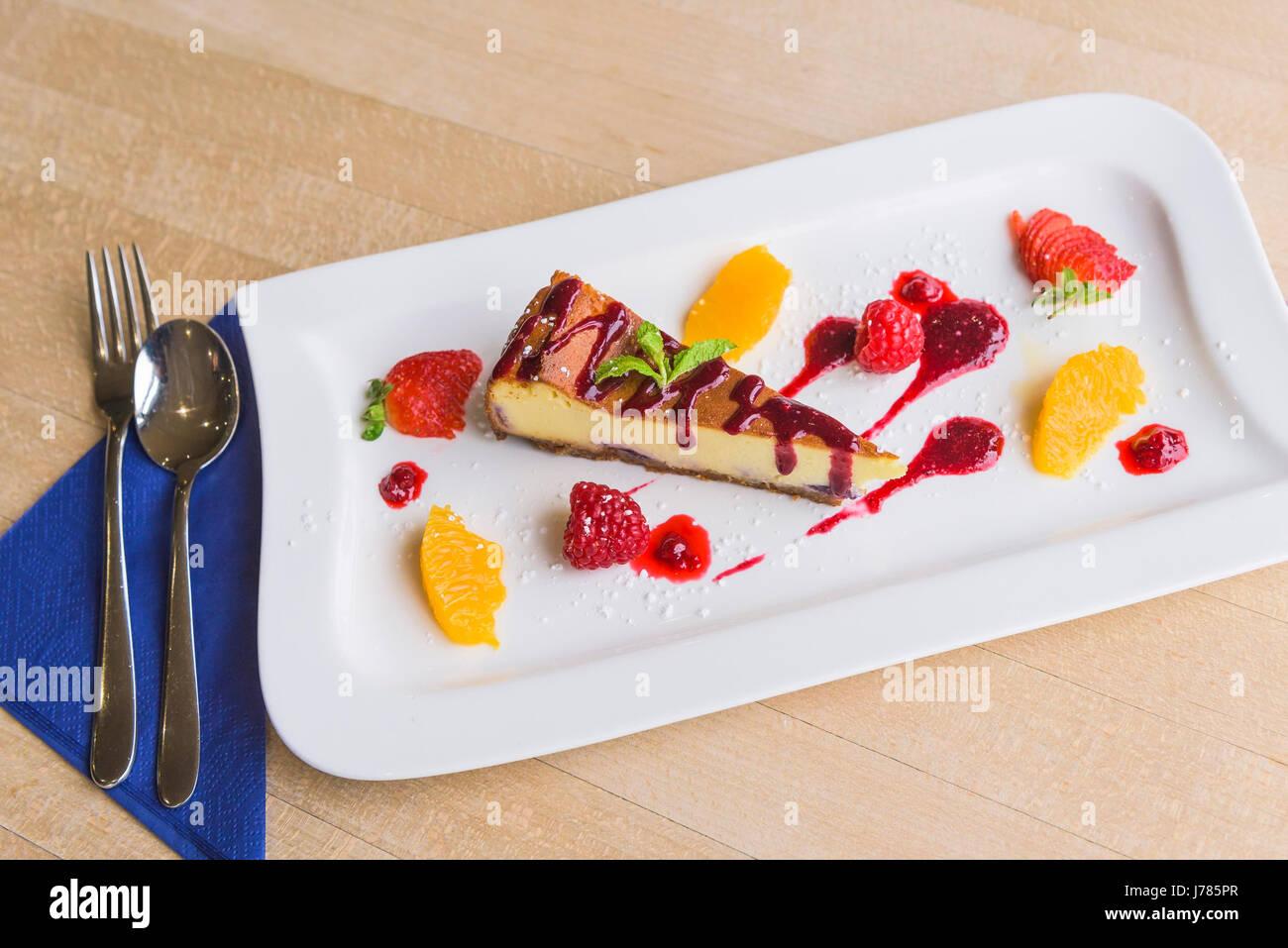 Eine Nahaufnahme von einem bunten Dessert in einem Restaurant serviert; Essen; Süße; Pudding; Käsekuchen; Stockbild