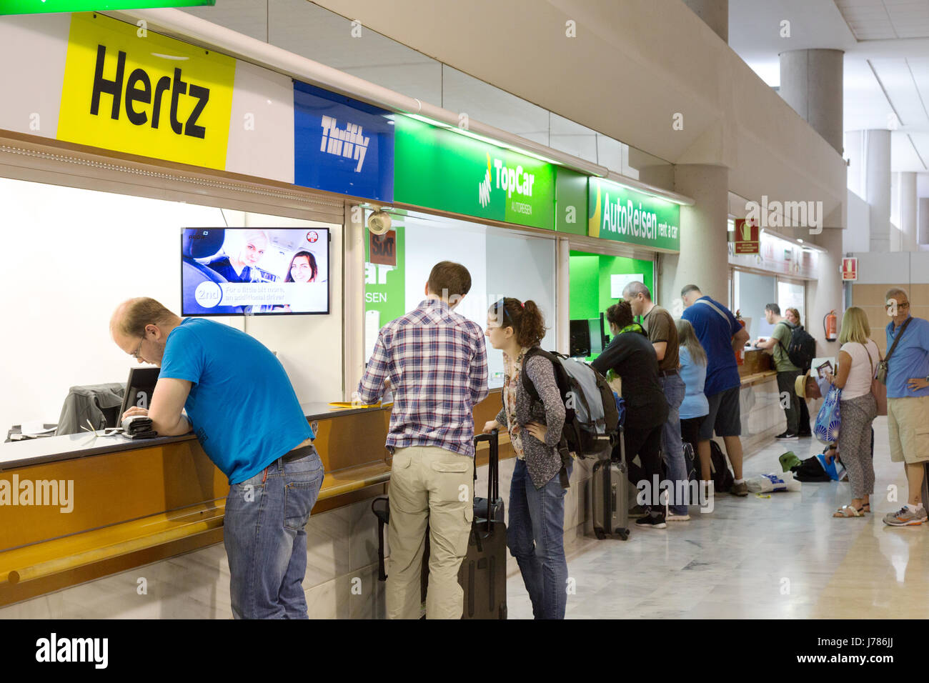 Personen mieten Mietautos am Autovermietungsschalter, Flughafen Lanzarote (Arrecife Flughafen), Lanzarote, Kanarische Stockbild