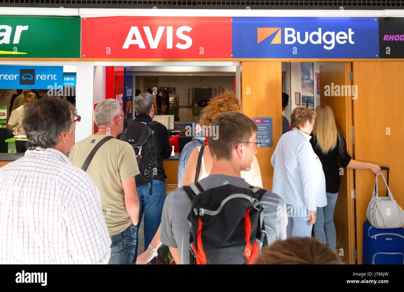 Massen in einer Warteschlange für Flughafen Auto mieten Rezeption, Flughafen Lanzarote Kanaren Europa Stockbild