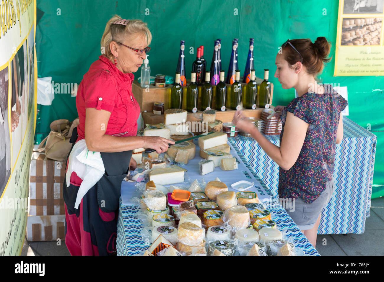 Eine Frau kaufen Käse auf einem Käse-Stall, Costa Teguise Markt, Lanzarote, Kanarische Inseln-Europa Stockbild