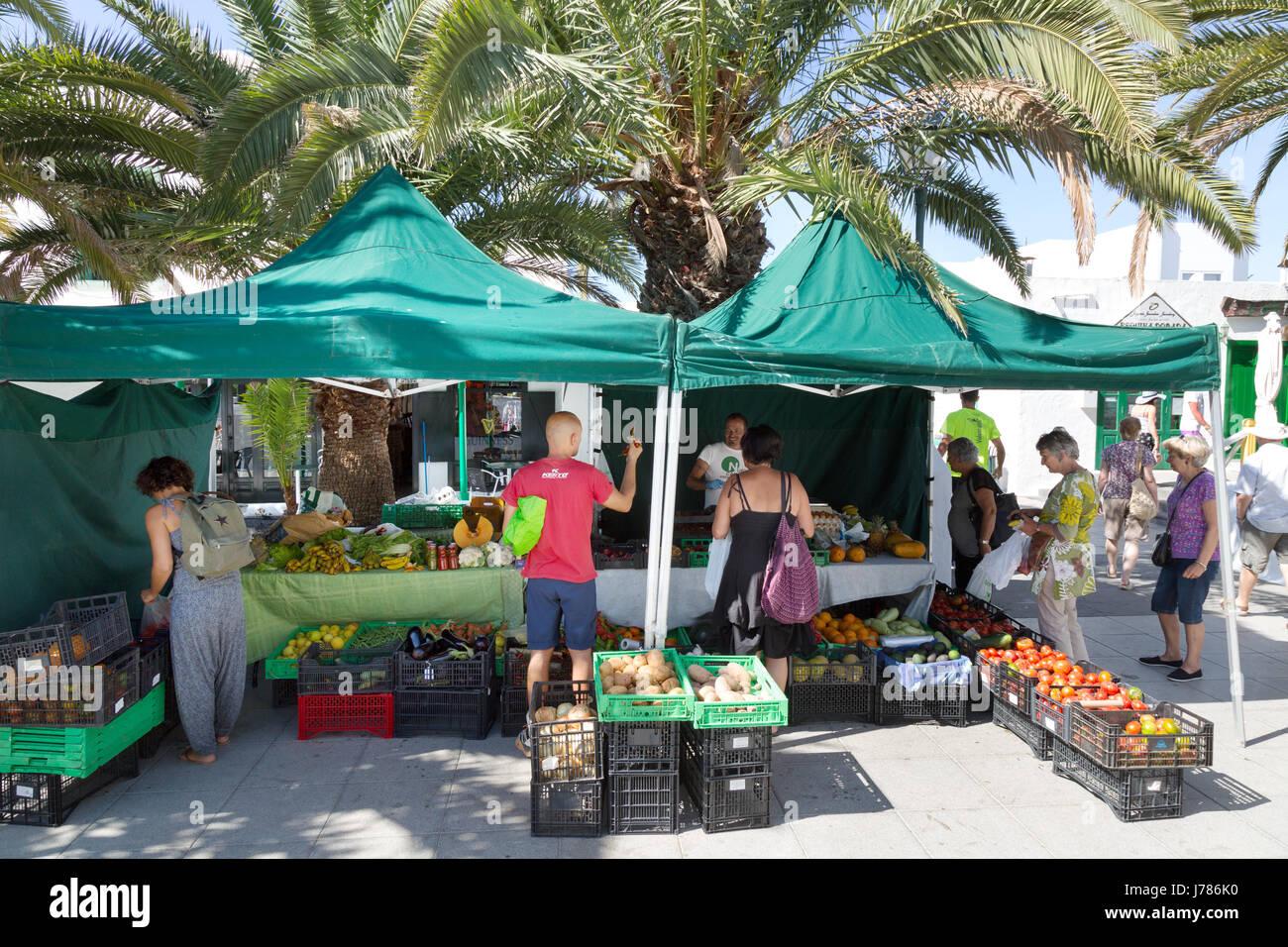 Kauf von Lebensmitteln auf dem Lanzarote Menschen; Costa Teguise, Lanzarote Kanarische Inseln Stockbild
