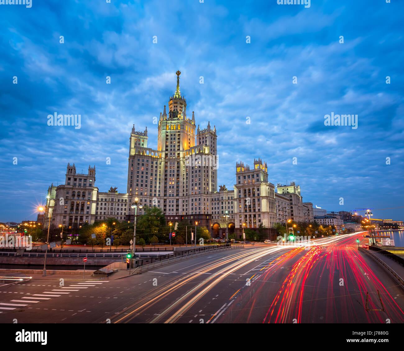 Kotelnicheskaya Damm Building, eines der sieben Schwestern von Moskau am Abend, Moskau, Russland Stockfoto