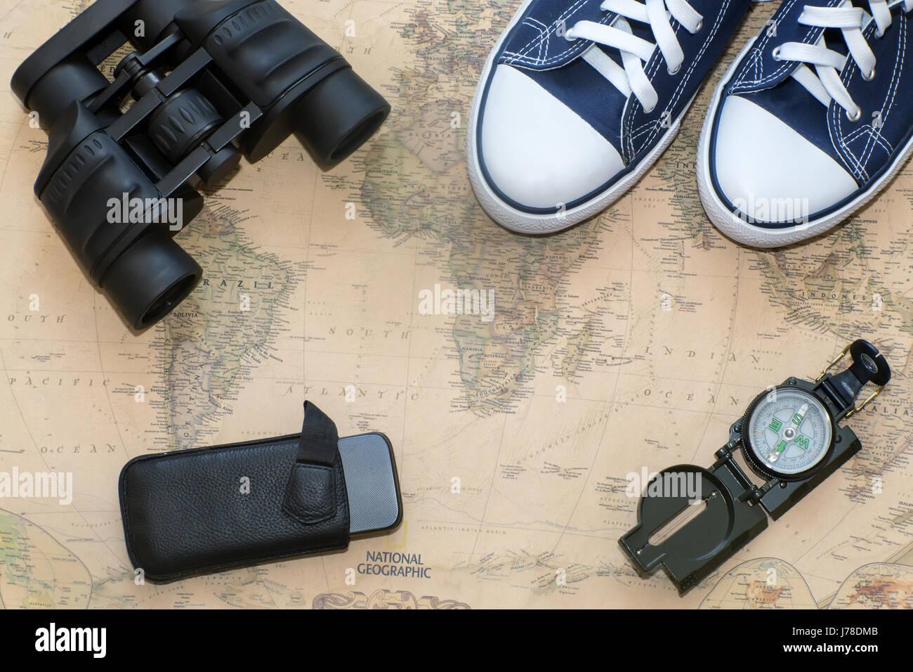 Gegenstände für die reise benötigt einen kompass fernglas