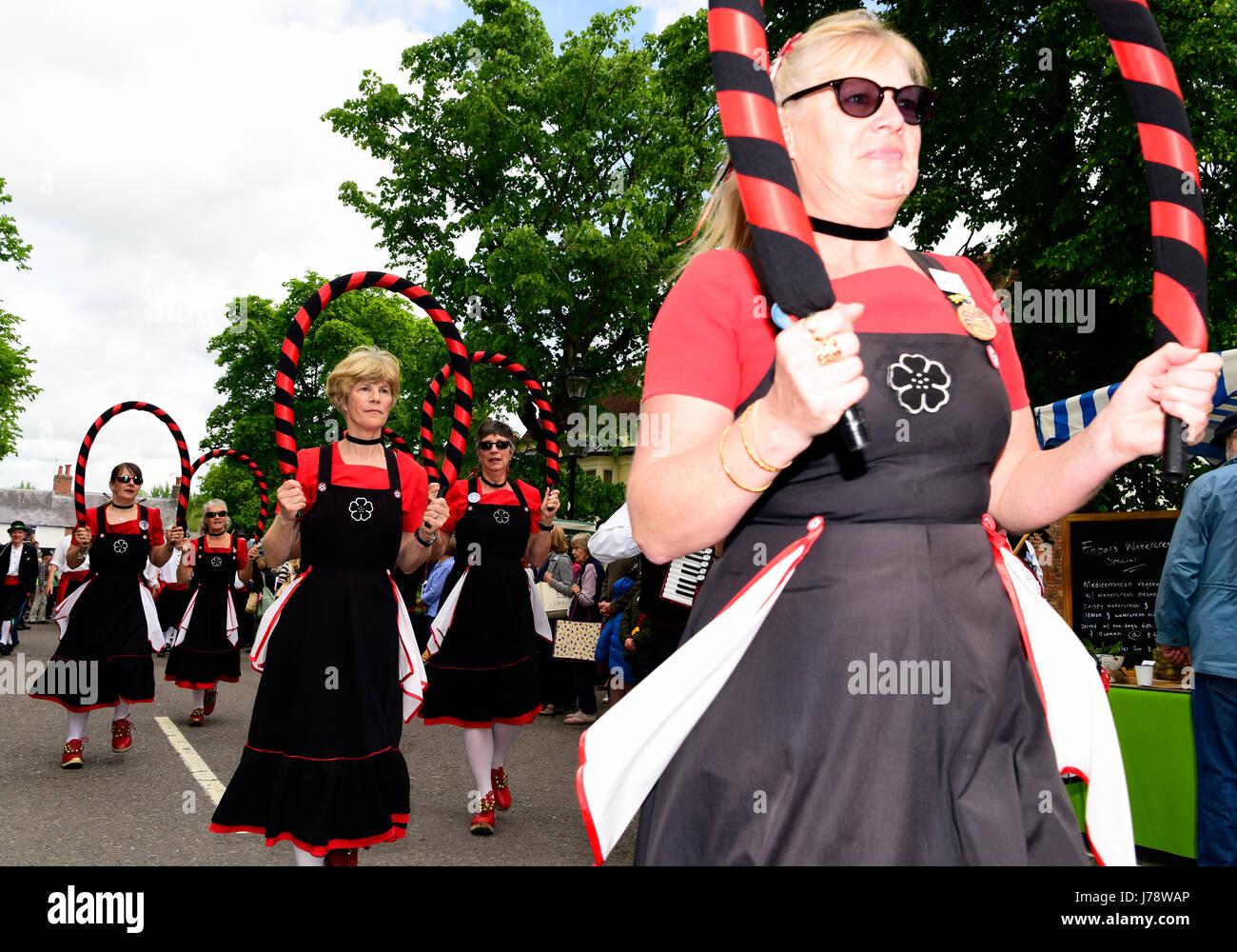 Alresford 13. jährliche Brunnenkresse Festival, die All-Girl Mayflower Morris Tänzer Parade durch die Stockbild