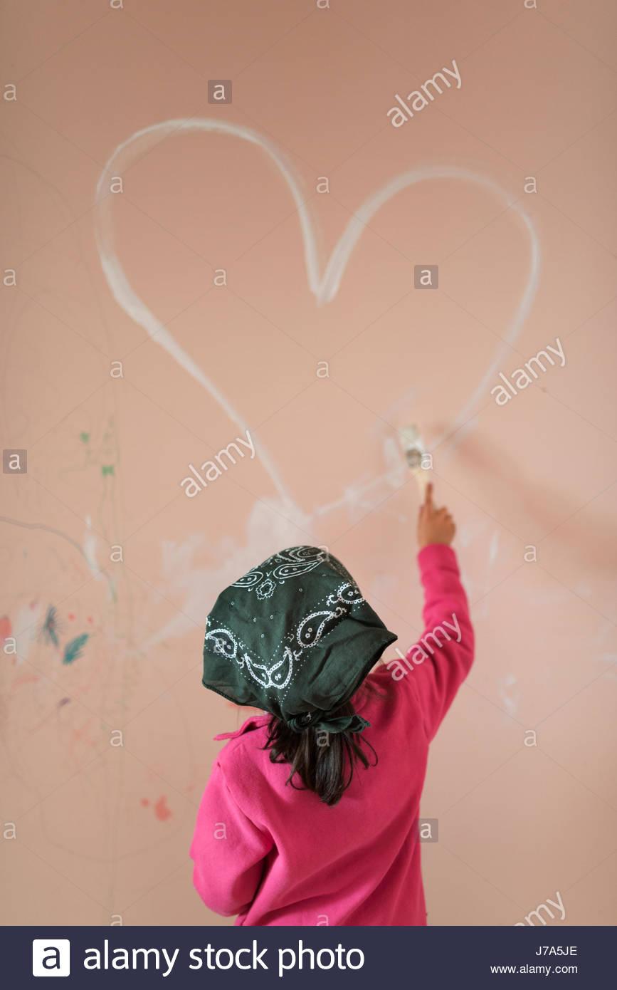 Ruckansicht Des Kleines Madchen Malen Herz An Wand Kinderzimmer