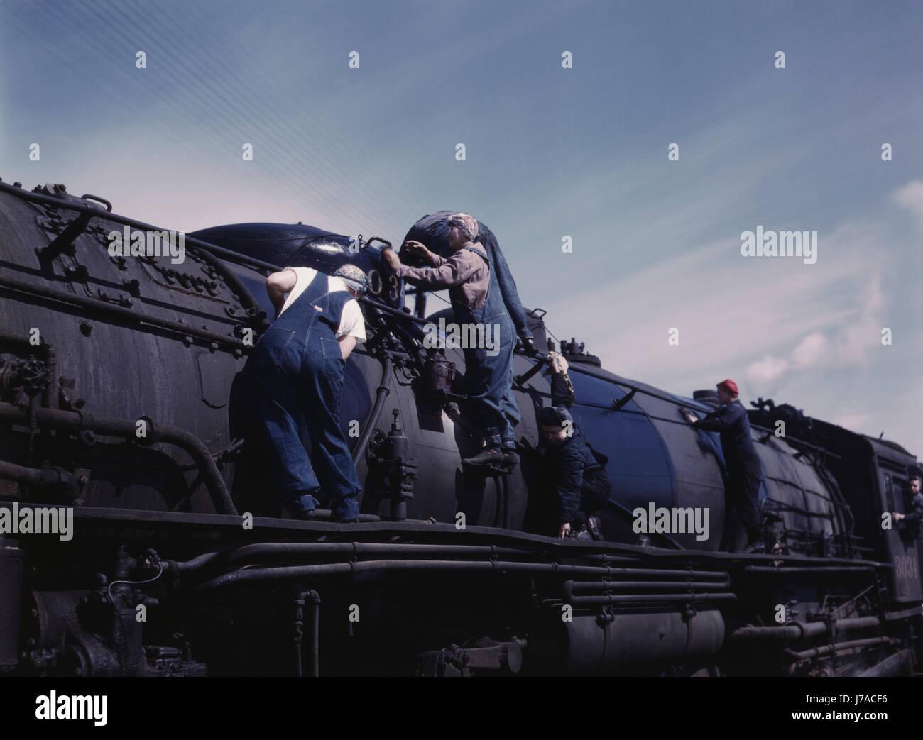 Frauen, die Reinigung eines riesigen H Lokomotiven der Baureihe, Clinton, Iowa. Stockbild