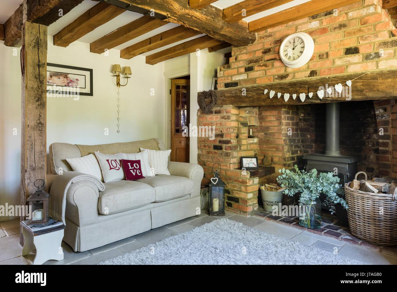 Gemütliches Wohnzimmer mit Kamin Inglenook, Backstein Wand- und ...