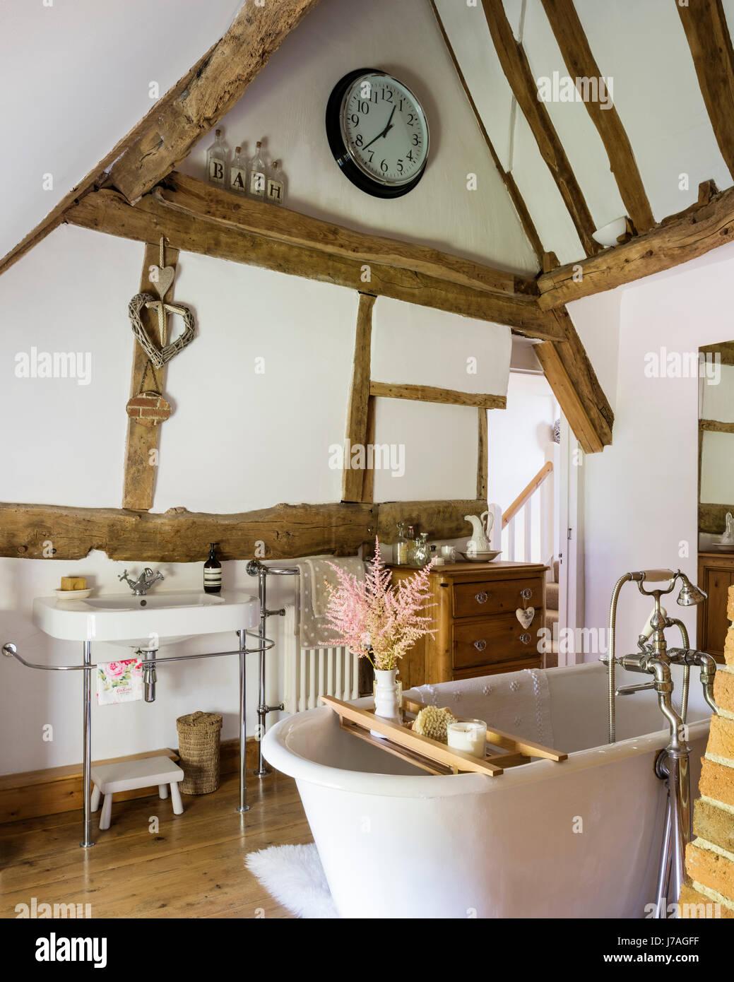 Gewölbte Badezimmer mit alten Balken und Roll-Top französische Bad ...