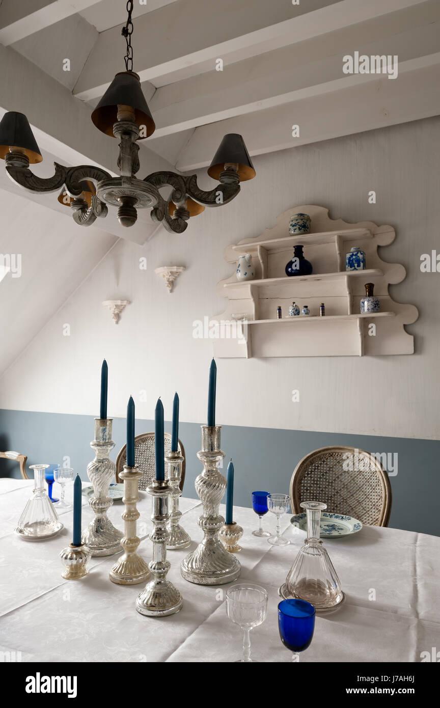 Silber Leuchter am Esstisch mit Eckschrank Stockbild
