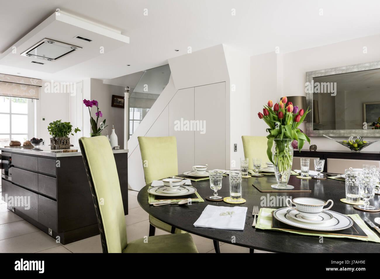 Offene Küche-Esszimmer mit Highback gepolsterte Stühle Stockfoto ...
