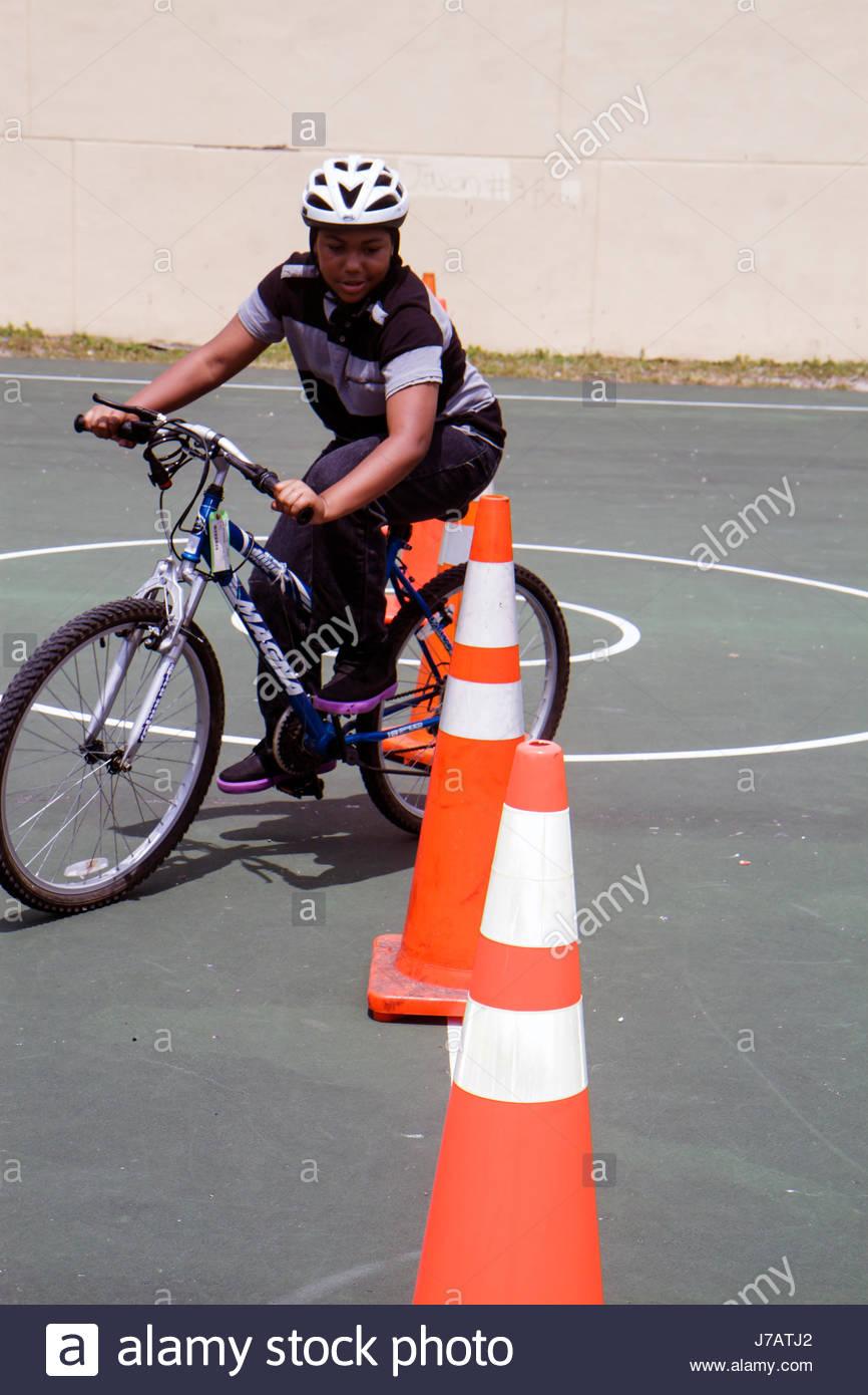 North Miami Beach Florida Polizei Community Einheit Fahrrad Rodeo Reiten Hindernis-Parcours orange Verkehr Kegel Stockbild
