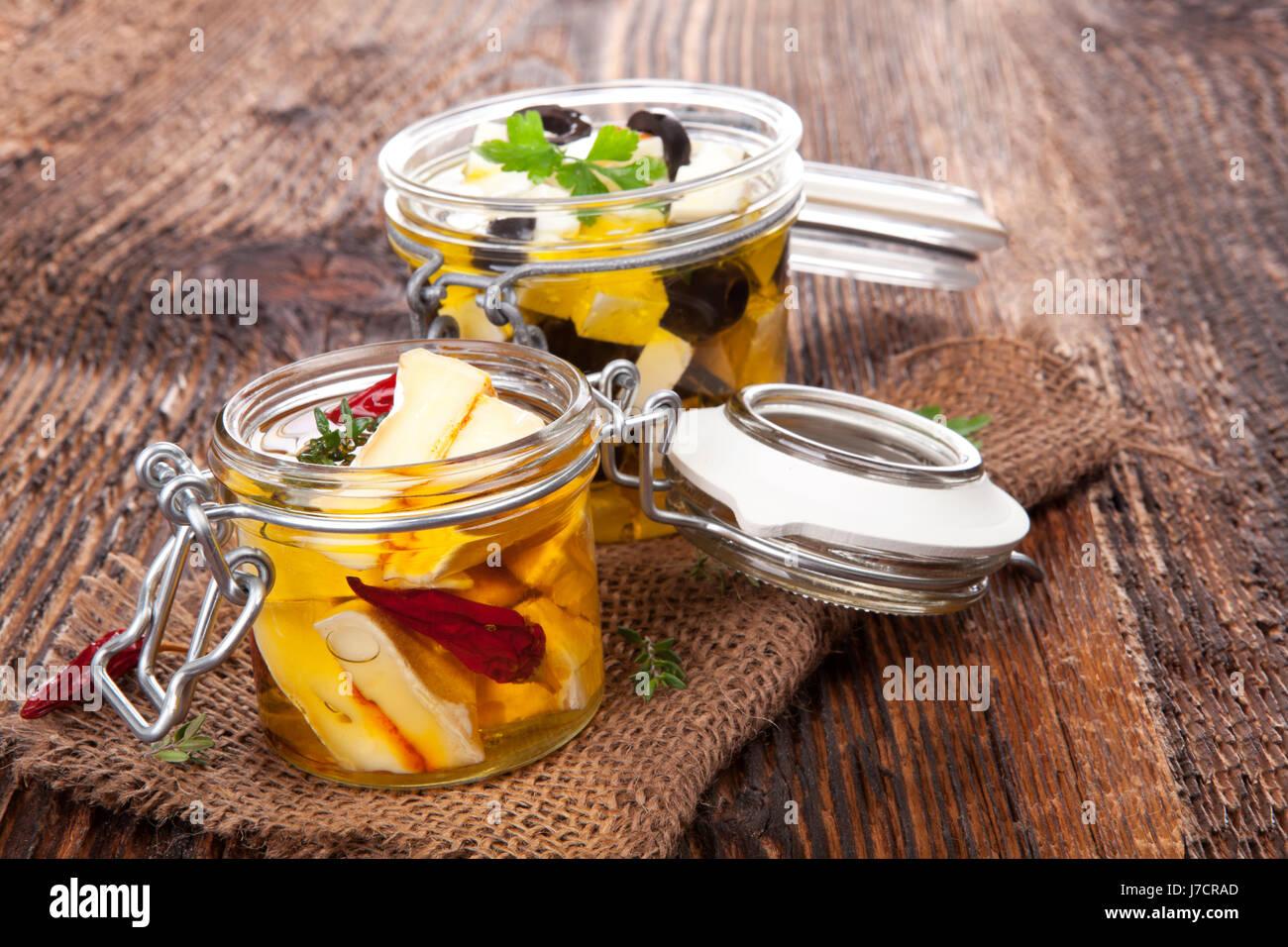 Camembert Käse im Glas Öl auf Holztisch. Käse im Glas ...