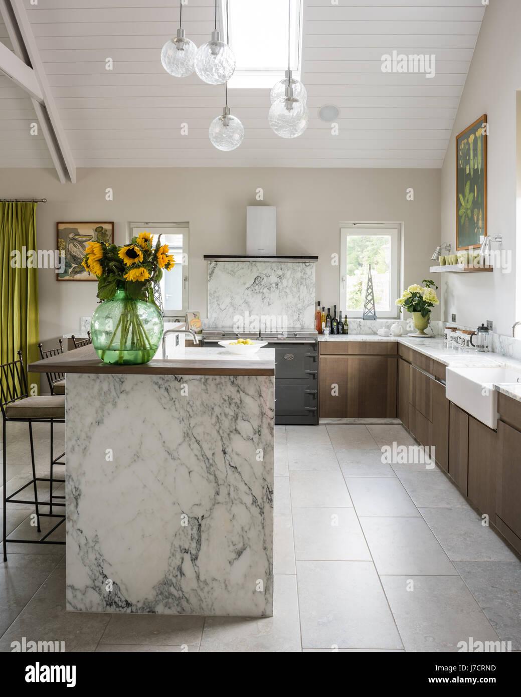 Vintage Glaskugeln definieren Raum über Marmor Kücheninsel mit ...