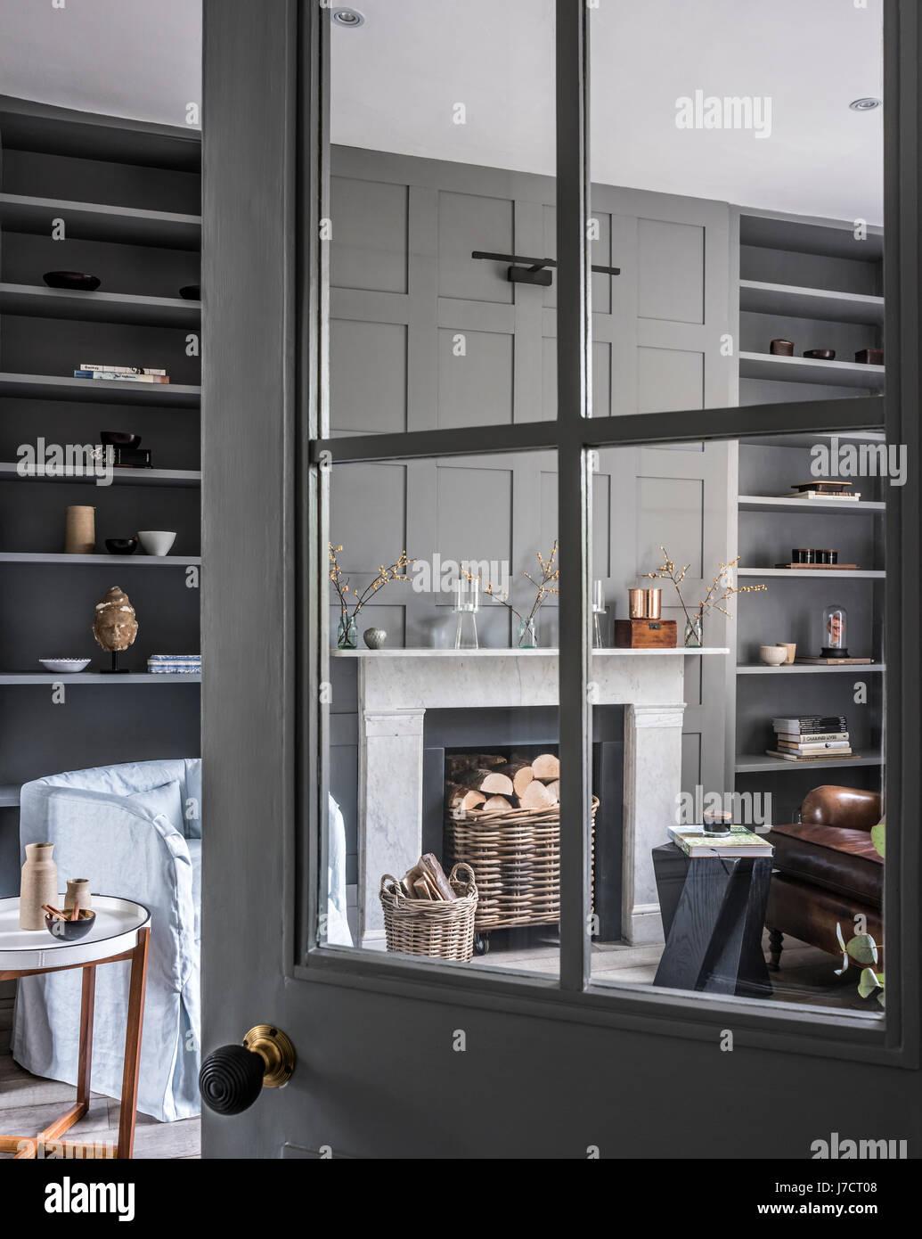 Blick durch die offene Tür verglasten Wohnzimmer mit ...