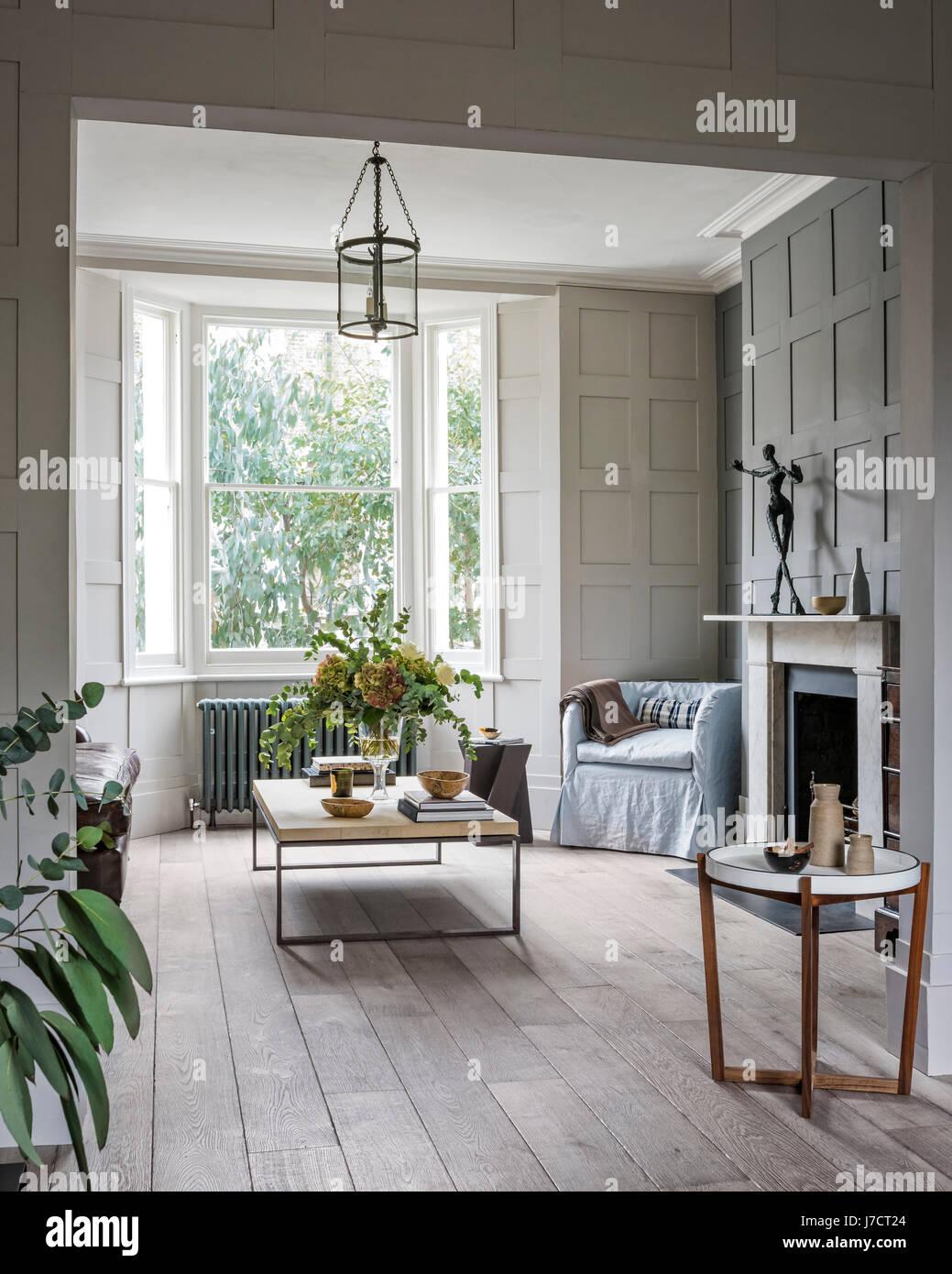 holz und metall couchtisch aus albrissi in wohnzimmer mit wandverkleidungen und schrubben. Black Bedroom Furniture Sets. Home Design Ideas