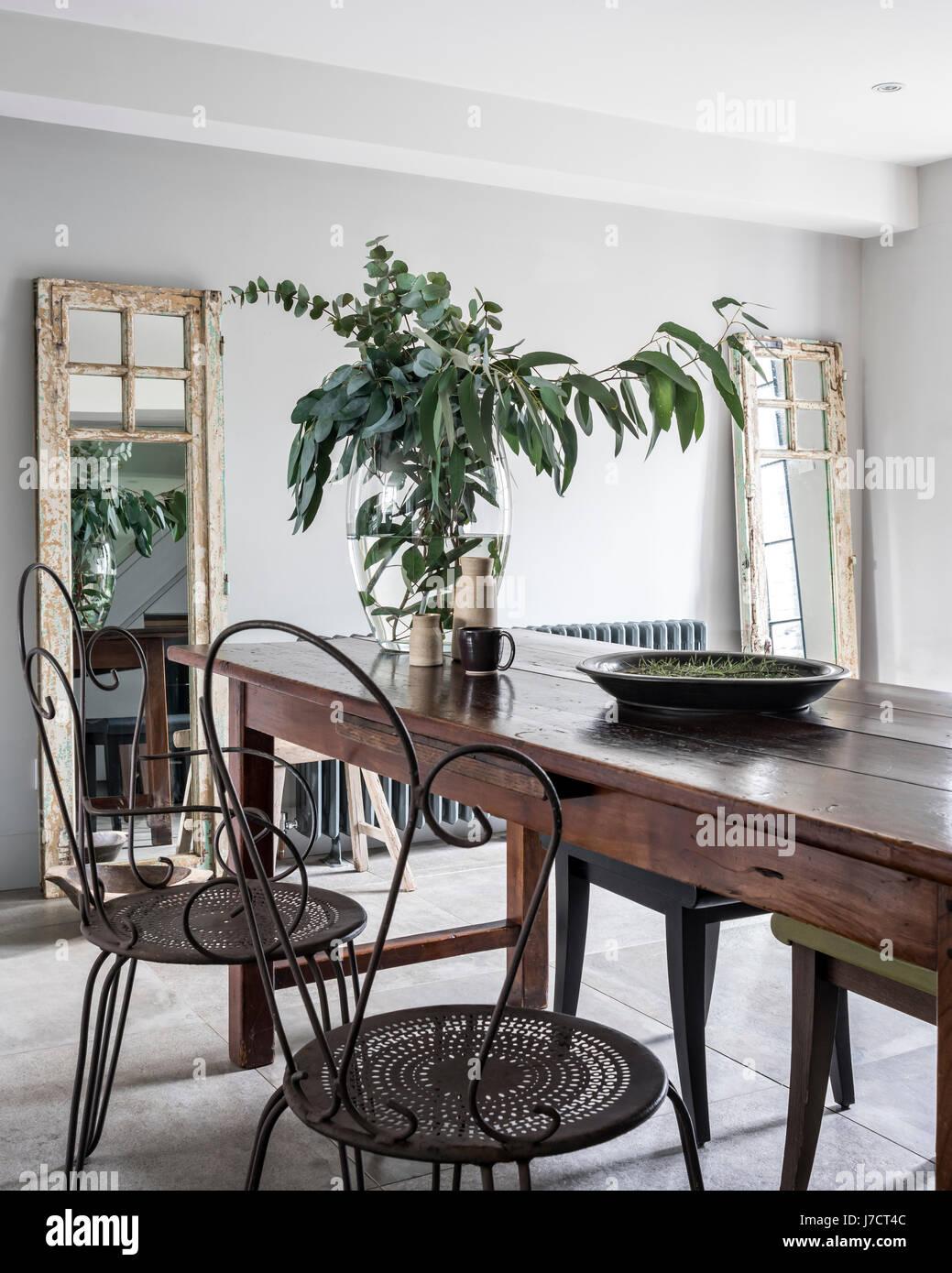 Vintage Kitchen Table Chairs Stockfotos & Vintage Kitchen Table ...