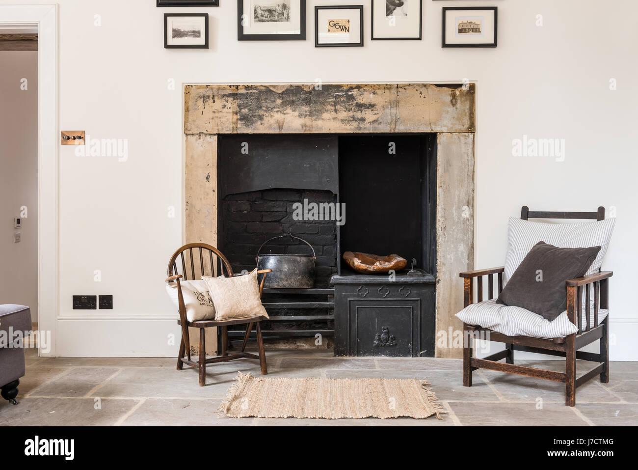 Original Kamin Im Wohnzimmer Mit Steinplatten Bodenbelag Und Alten Windsor  Stuhl