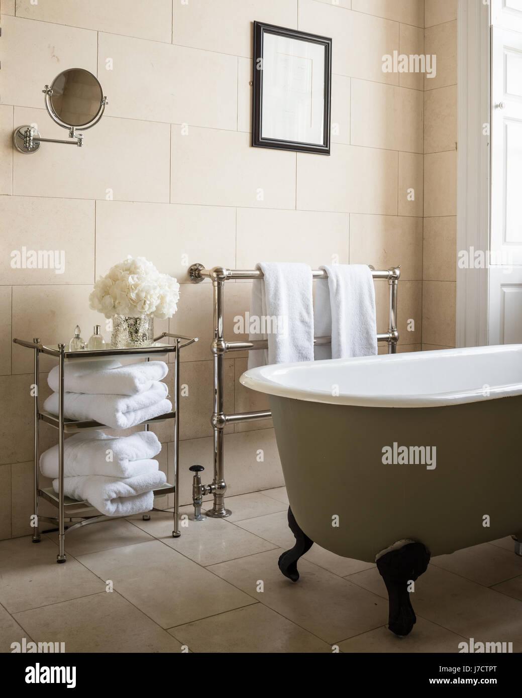 Geborgenen Freistehende Badewanne Und Handtuch Schienen Im