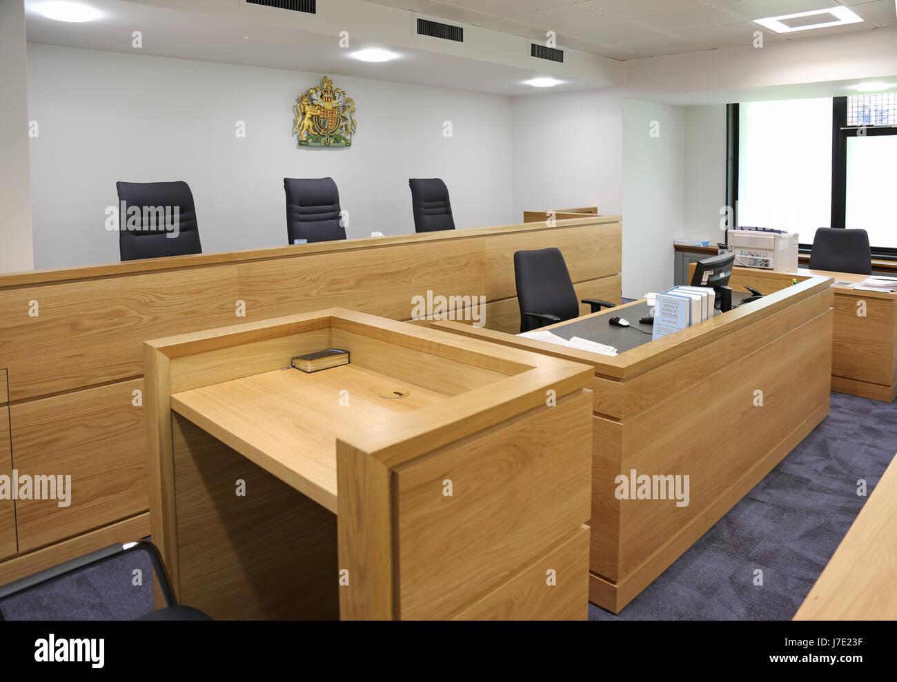 Interieur eines modernen, englischen Gerichtssaal. Zeigt Richter ...