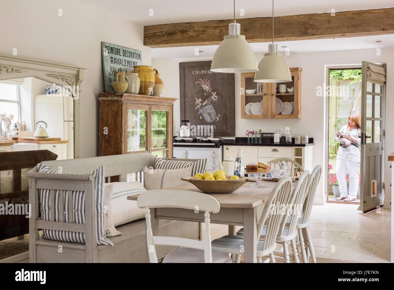 Offene Rustikale Wohnküche Mit Französisch / Skandinavischen Flair. Tisch  Und Stühle Stammen Aus Haus Und Die Kissen Sind Aus Kohl U0026 Rosen. Die Pe