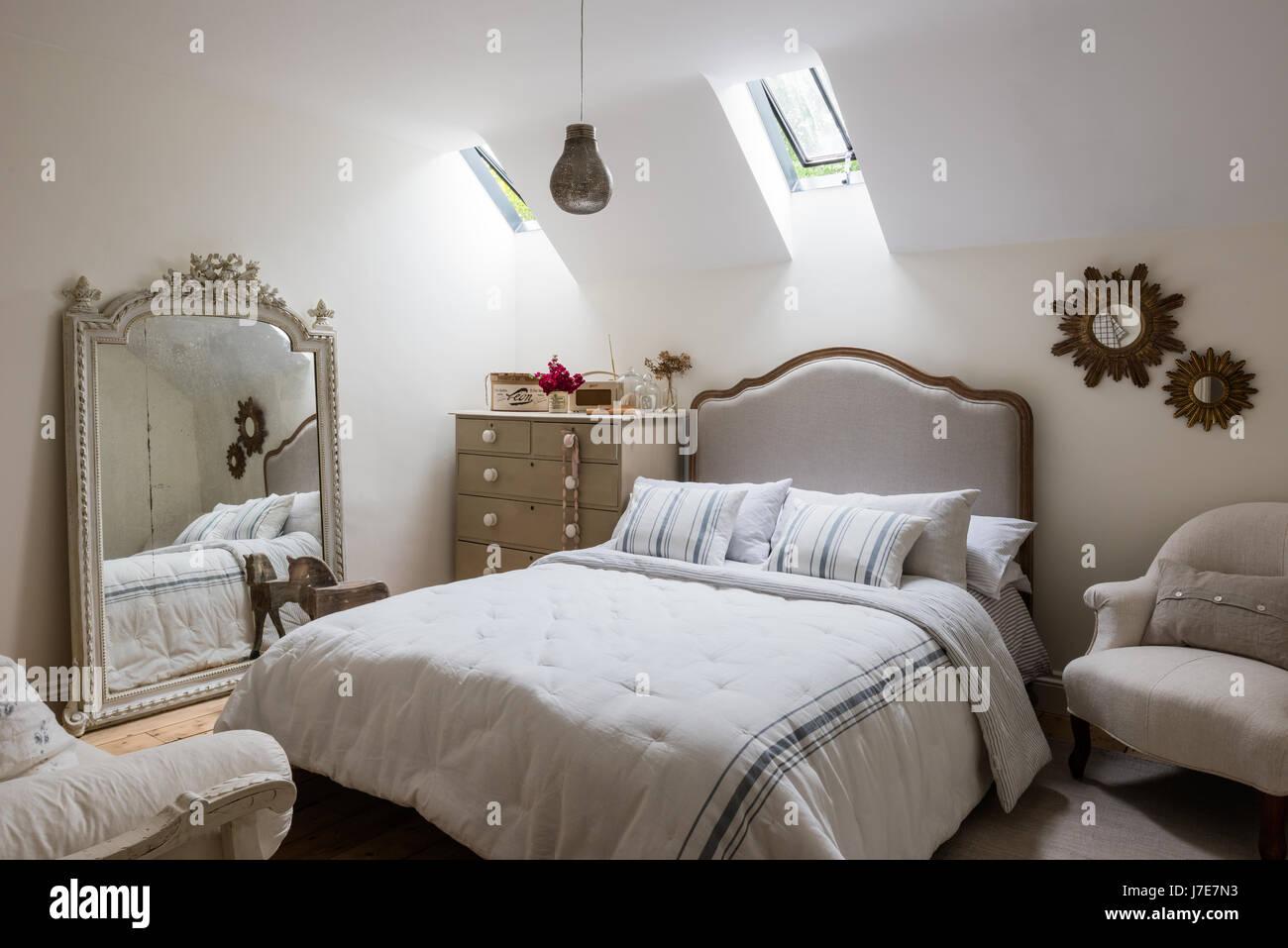 Verzierten französische Spiegel im Gäste-Schlafzimmer mit Bett von ...
