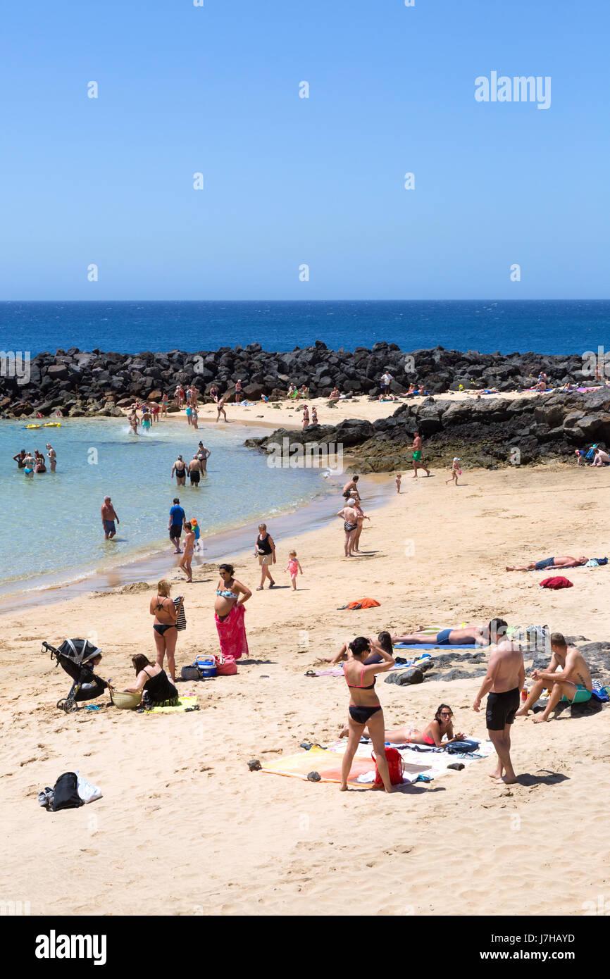 Lanzarote, Costa Teguise Beach, Menschen im Urlaub, Playa Bastian, Costa Teguise, Lanzarote, Kanarische Inseln, Stockbild