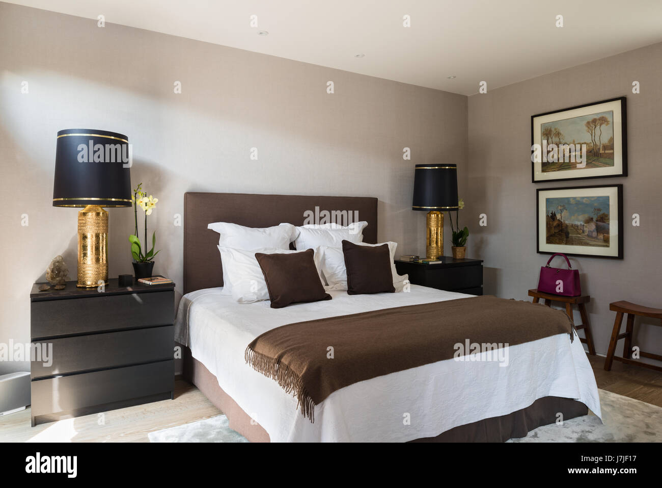 Malm Truhe von Ikea in Schlafzimmer mit paar vergoldete Lampen ...