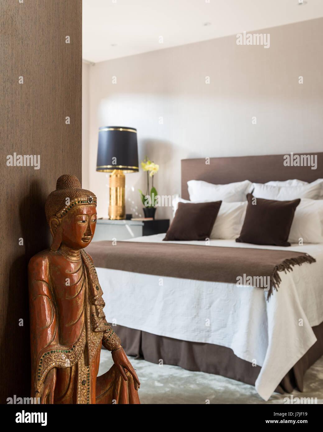 Geschnitzte hölzerne Buddha im Schlafzimmer mit vergoldeten ...
