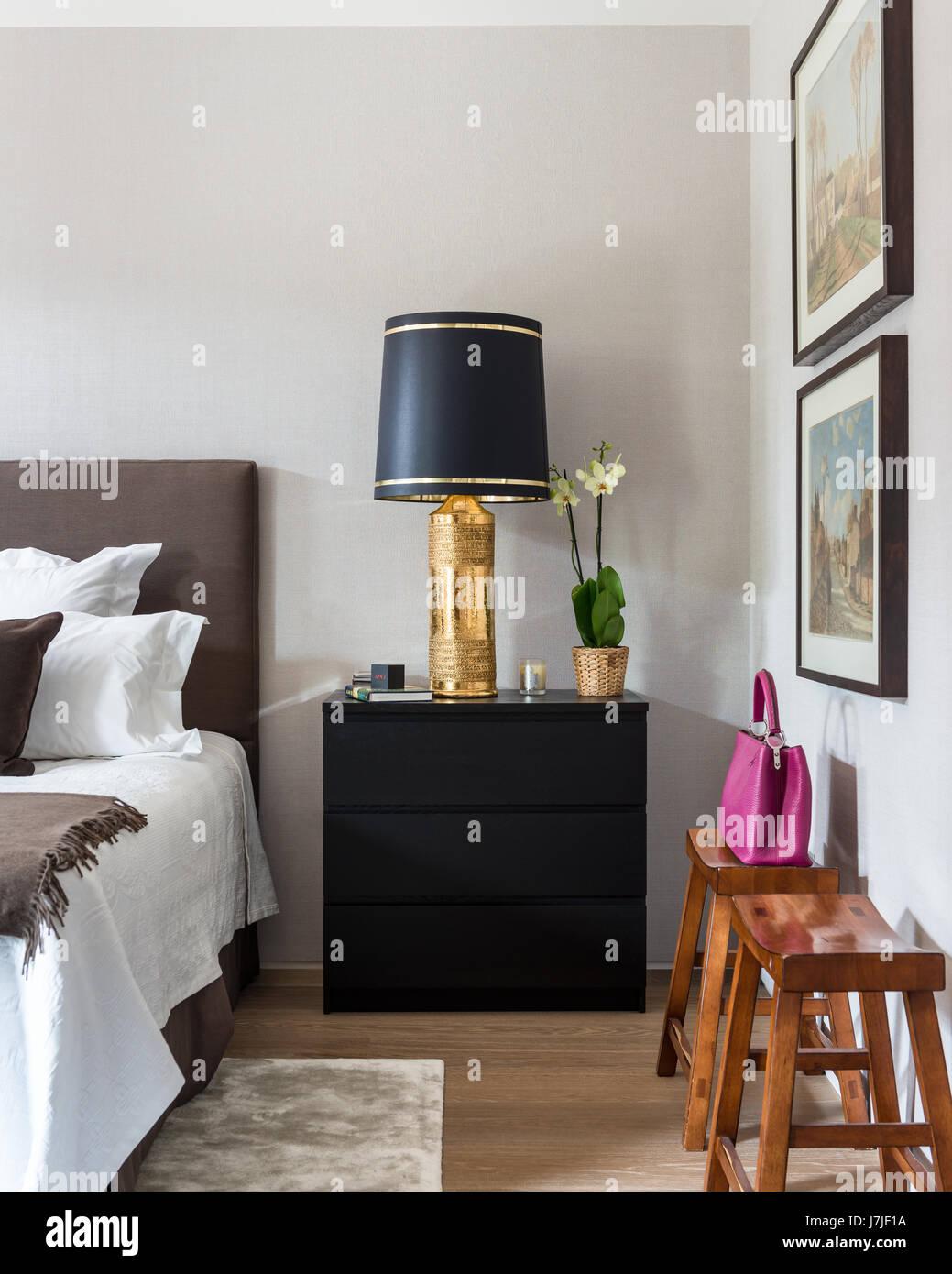 Vergoldete Nachttischlampe Auf Ikea Malm Truhe Im Schlafzimmer Mit Rustikalen Stil Hocker Stockfotografie Alamy