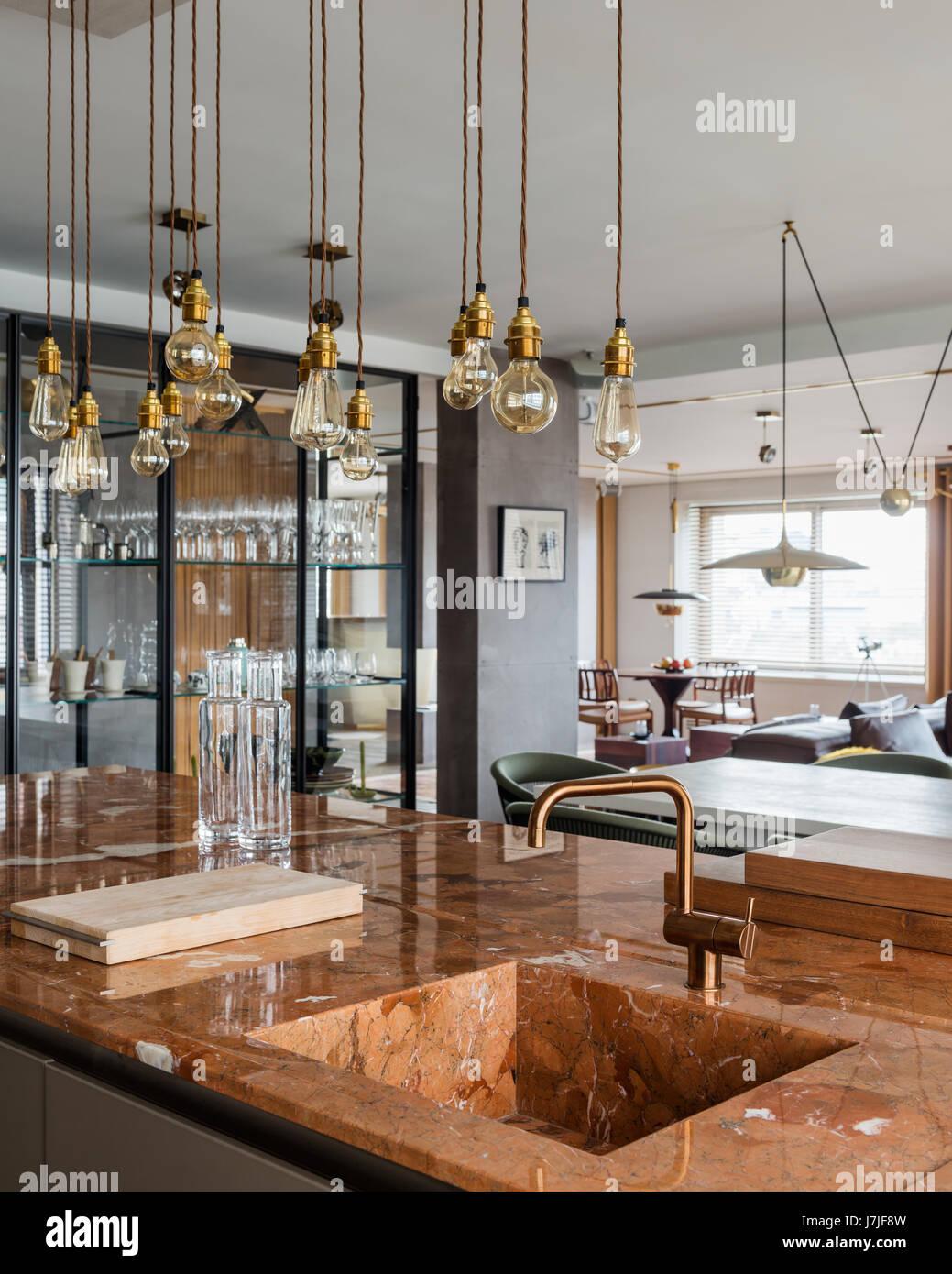 Marmor-Arbeitsplatte Kücheninsel mit Bulthaup Einheiten und Messing ...