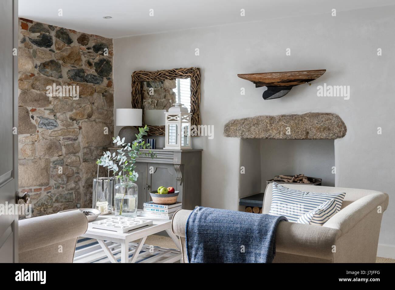 Gemütliche Wohnzimmer mit exponierten Steinmauer. Kleines Chester ...